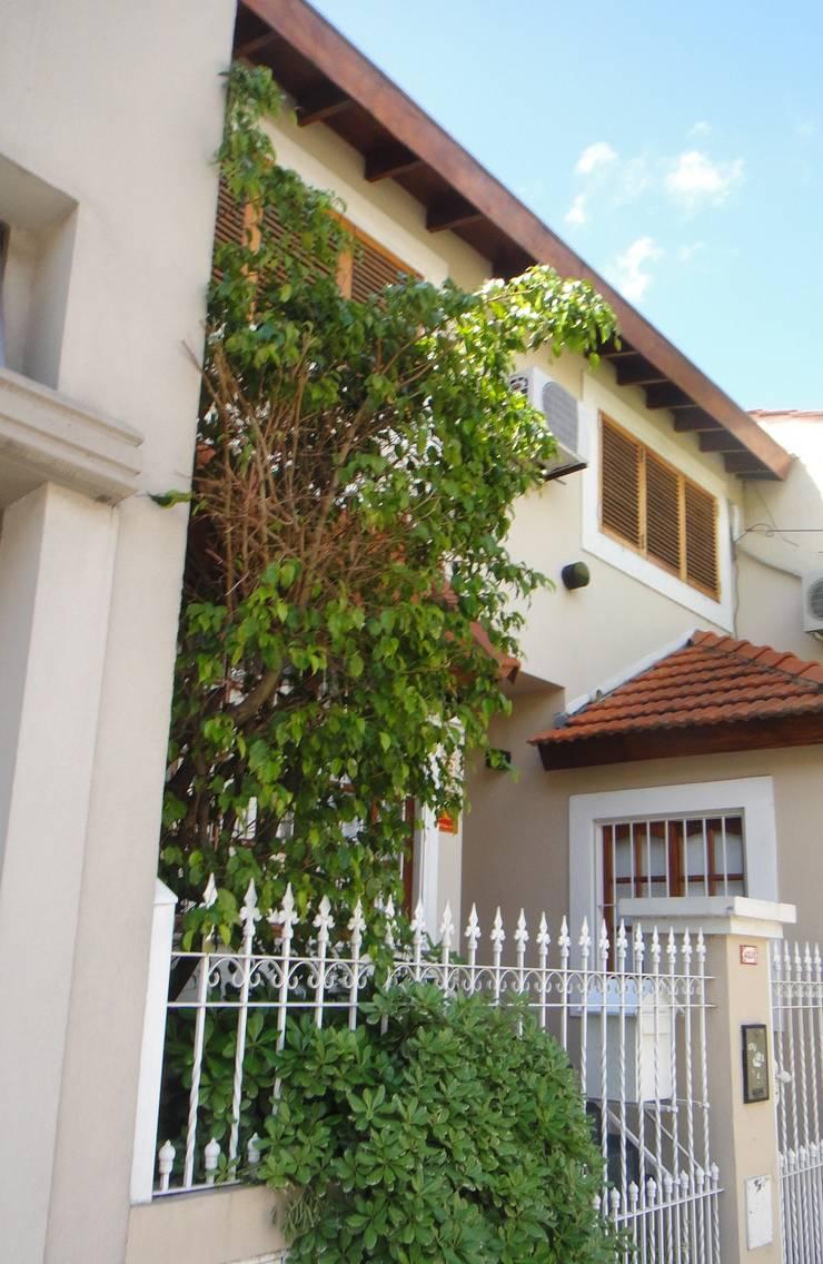 Fachada: Casas unifamiliares de estilo  por GR Arquitectura,