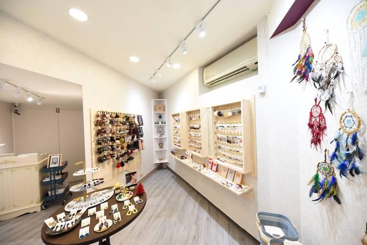 台南市西華南街精品店設計:  辦公空間與店舖 by 寶佳室內裝修工務所