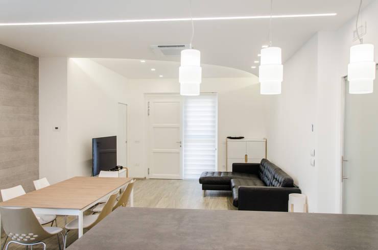 Una casa riportata a nuova vita – 120 mq Soggiorno moderno di Studio ARCH+D Moderno