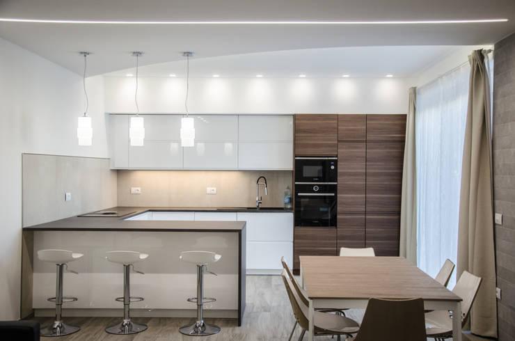 Una casa riportata a nuova vita – 120 mq Cucina moderna di Studio ARCH+D Moderno
