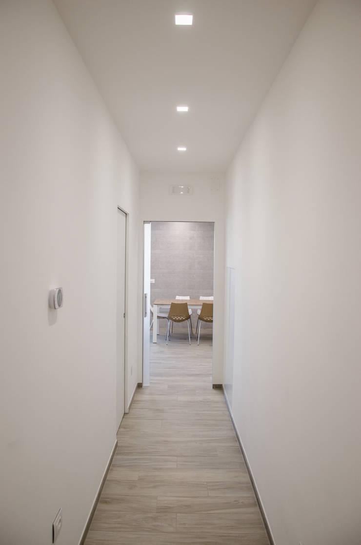 Una casa riportata a nuova vita – 120 mq Ingresso, Corridoio & Scale in stile moderno di Studio ARCH+D Moderno