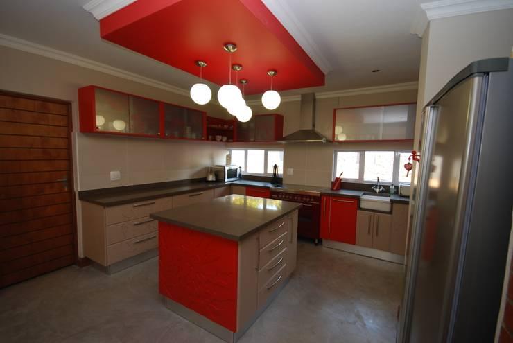 Protea Kitchen:  Built-in kitchens by Bun Interior Design