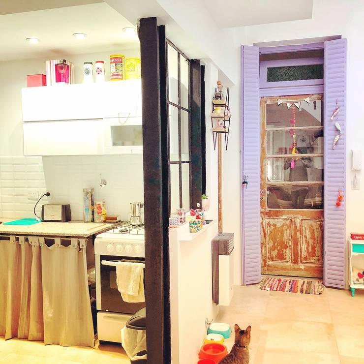 Refacción y Diseño de interiores: Cocinas a medida  de estilo  por Delgado+Pittaluga,