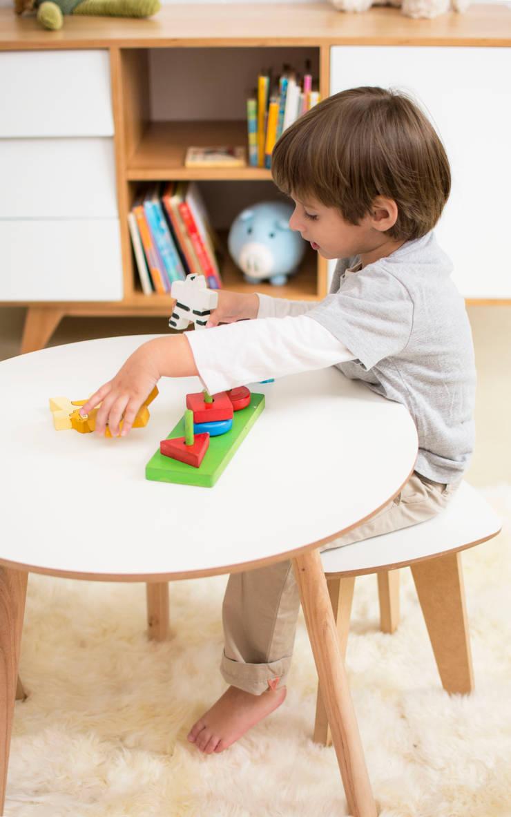 mesita: Habitaciones para niños de estilo  por Prágmata,
