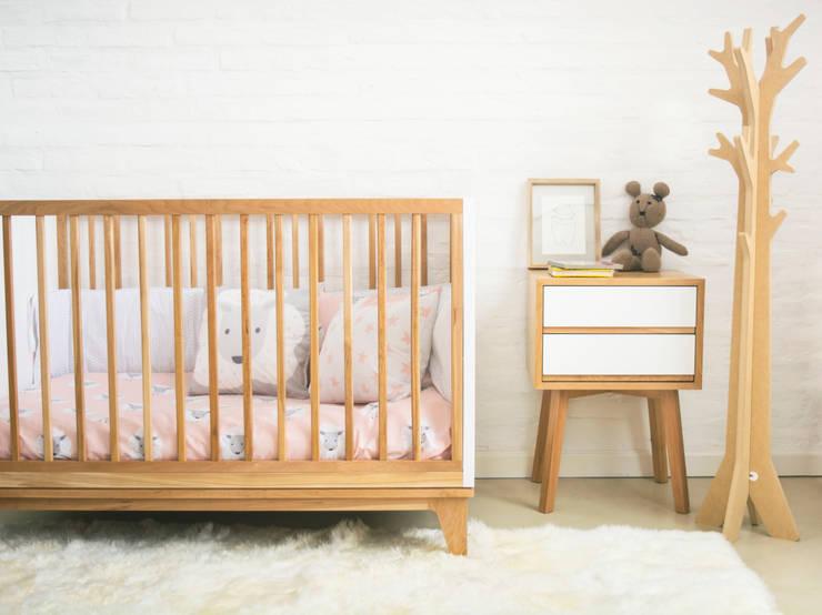 cuna: Habitaciones de bebés de estilo  por Prágmata,