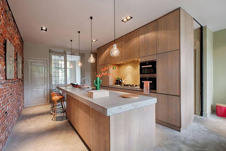 置入式廚房 by StrandNL architectuur en interieur, 現代風