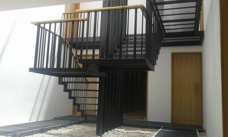 """Apart Hotel """"La Posada del Indio"""": Escaleras de estilo  por Comodo-Estudio+Diseño,"""