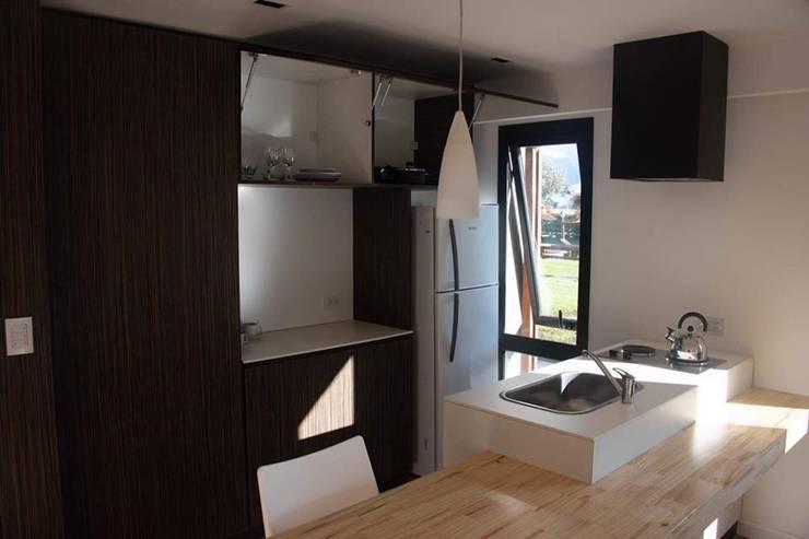 Apart Hotel <q>La Posada del Indio</q>: Cocinas a medida  de estilo  por Comodo-Estudio+Diseño,