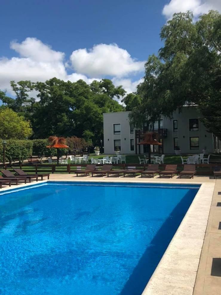 Apart Hotel <q>La Posada del Indio</q>: Piletas de jardín de estilo  por Comodo-Estudio+Diseño,