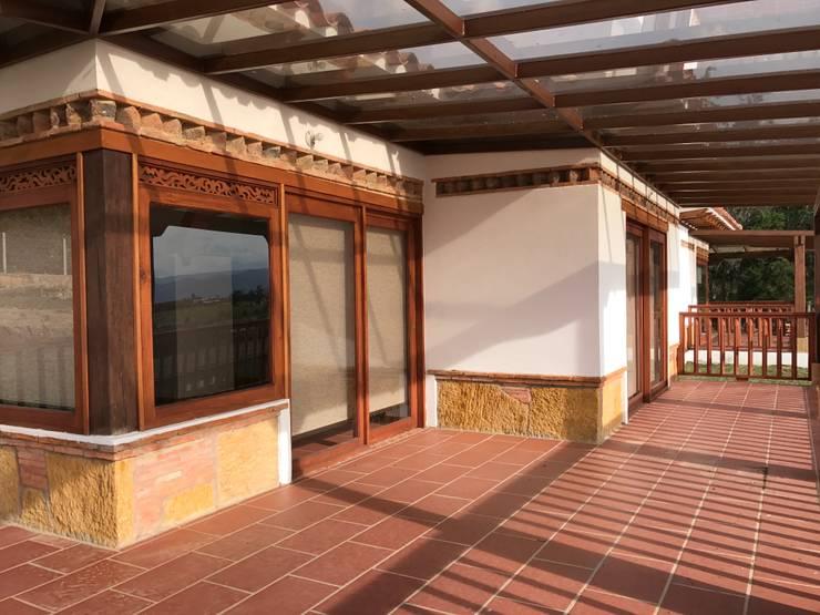 CASA PUENTESIN: Terrazas de estilo  por cesar sierra daza Arquitecto