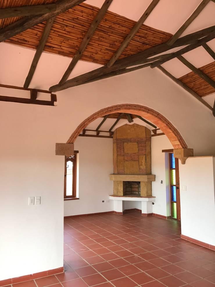 CASA PUENTESIN: Salas de estilo  por cesar sierra daza Arquitecto