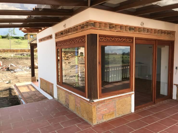 CASA PUENTESIN: Ventanas de madera de estilo  por cesar sierra daza Arquitecto
