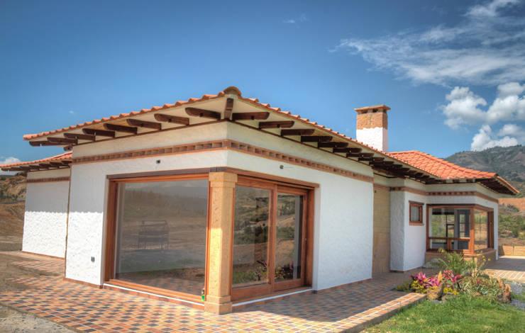 CASA SIERRA OESTE: Casas campestres de estilo  por cesar sierra daza Arquitecto