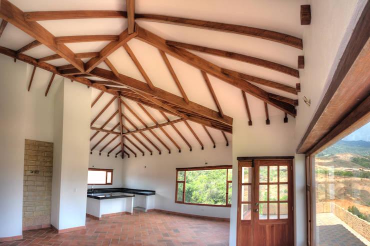 CASA SIERRA OESTE: Salas de estilo  por cesar sierra daza Arquitecto