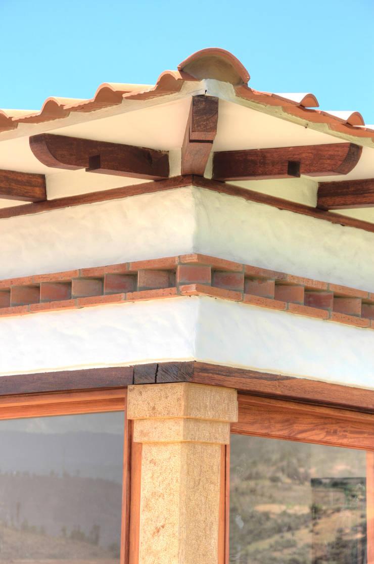 CASA SIERRA OESTE: Techos a cuatro aguas de estilo  por cesar sierra daza Arquitecto