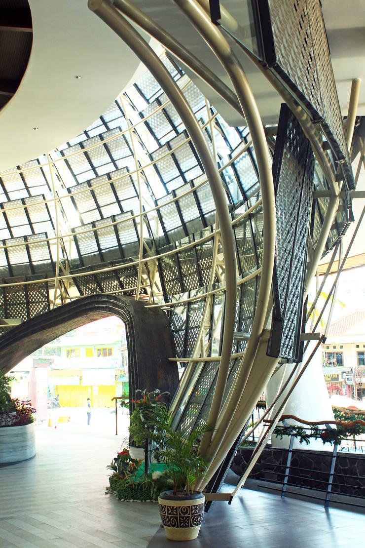 Interior - Detail Facade:  Ruang Komersial by PHL Architects
