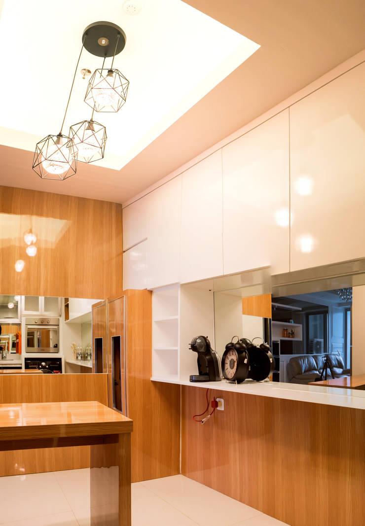 Kitchen Area:  Dapur kecil  by Total Renov Studio