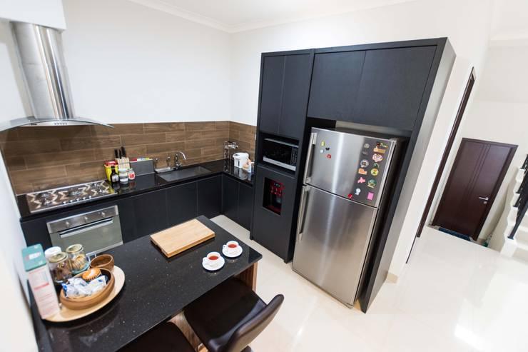Kitchen Area:  Dapur by Total Renov Studio