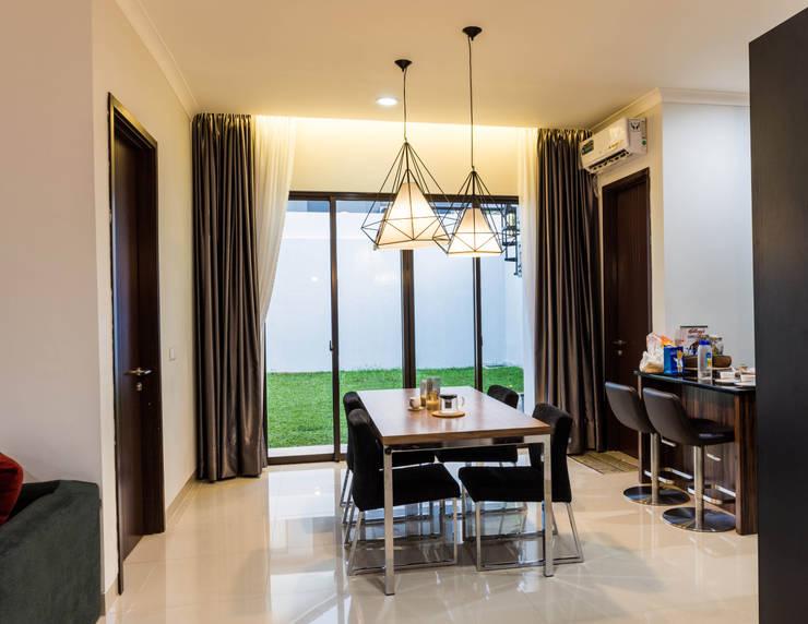 Dinning Area:  Ruang Makan by Total Renov Studio