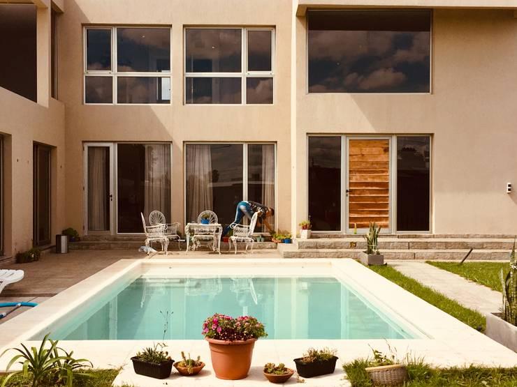 Cerramientos Vivienda Unifamiliar | Funes : Casas unifamiliares de estilo  por Bau Aluglas SRL,