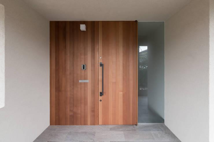 横山町のいえ: 安江怜史建築設計事務所が手掛けた廊下 & 玄関です。