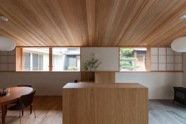 横山町のいえ: 安江怜史建築設計事務所が手掛けたリビングです。