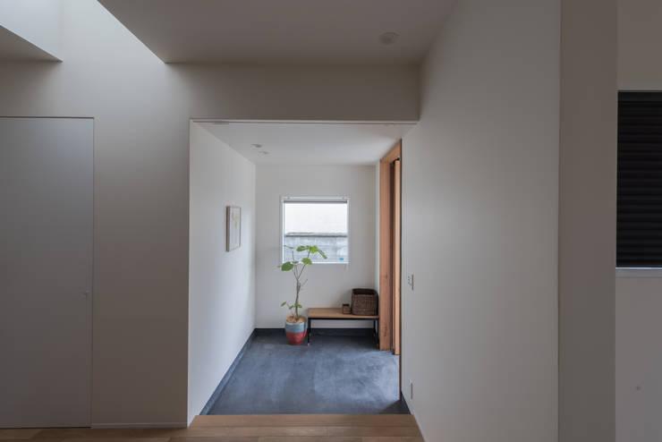 西京区のいえ: 安江怜史建築設計事務所が手掛けた廊下 & 玄関です。