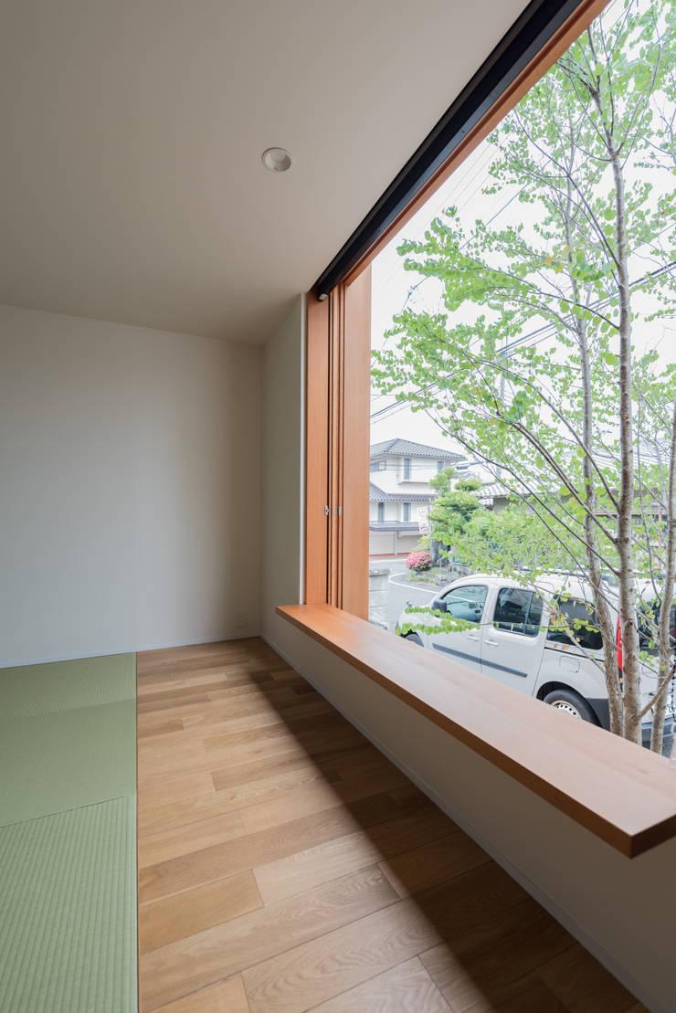 西京区のいえ: 安江怜史建築設計事務所が手掛けたリビングです。