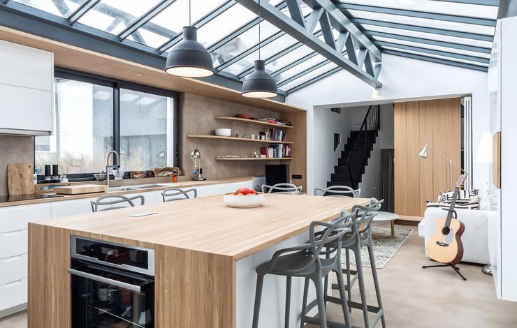 Loft à l'esprit industriel: Cuisine intégrée de style  par Créateurs d'interieur