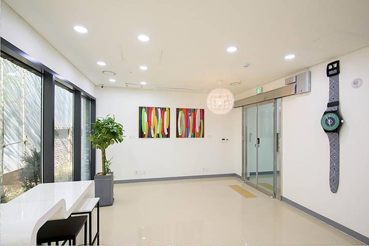 양재동 POP-UP HOUSE: 스튜디오메조 건축사사무소의  복도 & 현관,