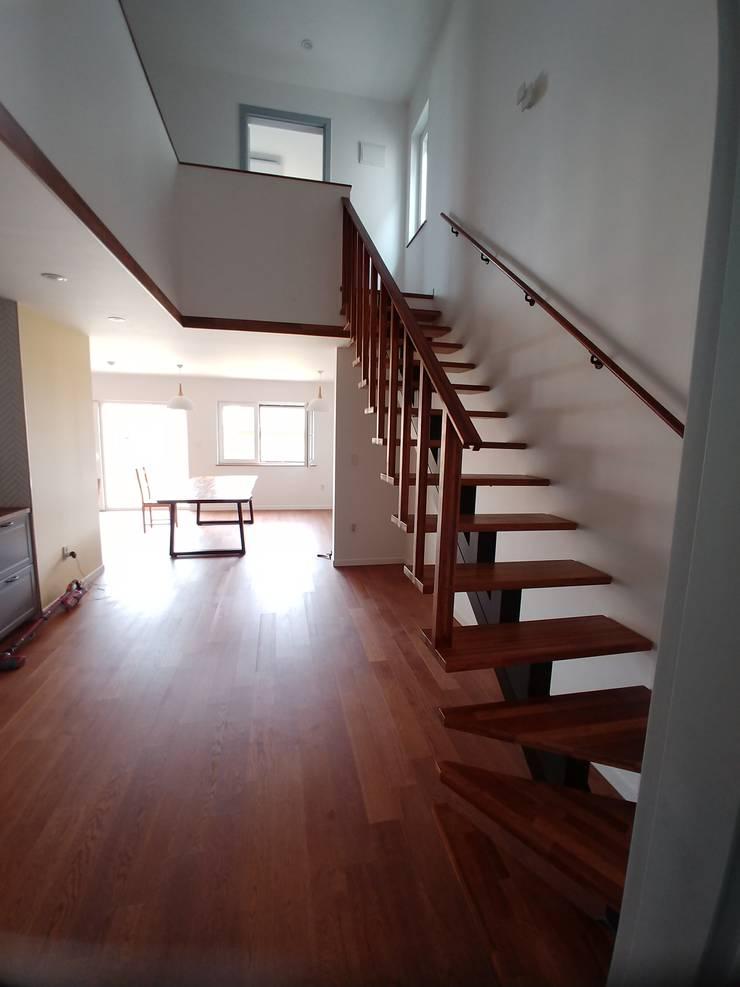 Escaleras de estilo  por 나무집협동조합, Rústico Madera maciza Multicolor