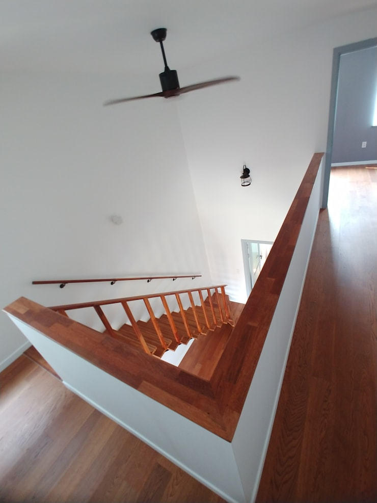 Escaleras de estilo  por 나무집협동조합, Moderno