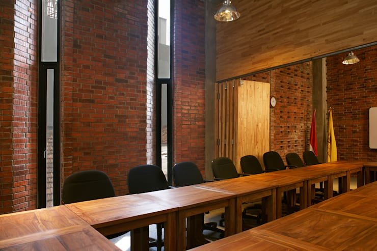 Interior - Meeting Room:  Gedung perkantoran by PHL Architects