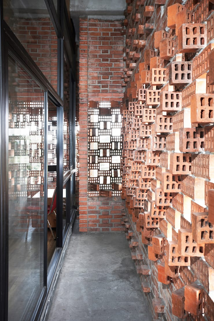 Interior - Detail Brick Interior:  Gedung perkantoran by PHL Architects