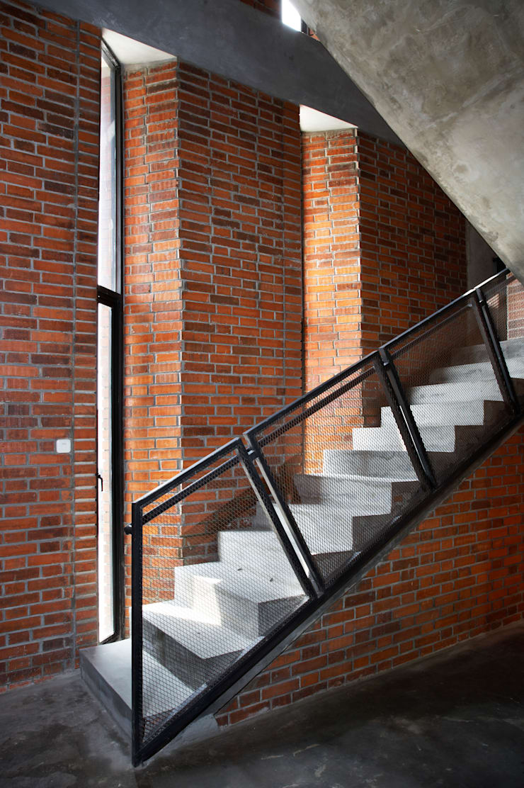 Interior - Stair:  Gedung perkantoran by PHL Architects