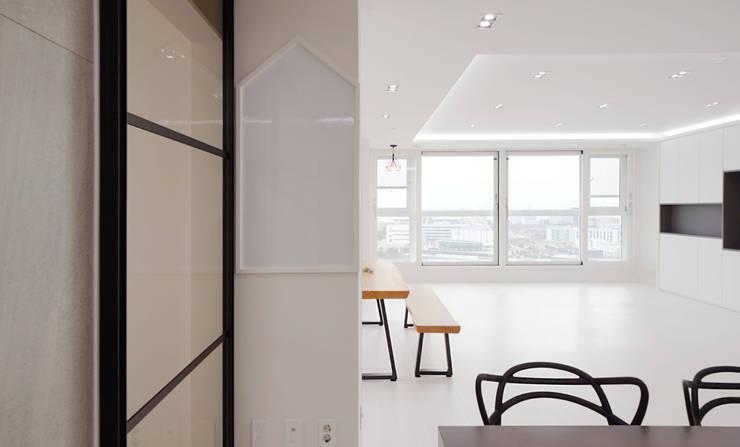 아이들도 좋아하는 투톤하우스_웰카운티49PY 인테리어: 디자인 아버의  주방,