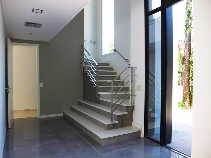 Casa en Abril Club de Campo: Escaleras de estilo  por Estudio Machelett,