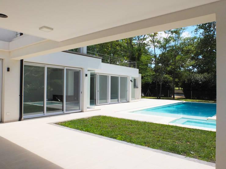 Casa en Abril Club de Campo: Jardines de estilo  por Estudio Machelett,