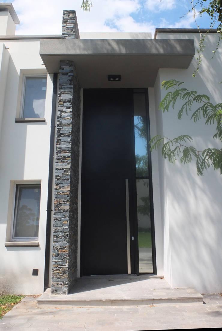 Casa en Abril Club de Campo: Puertas de estilo  por Estudio Machelett,