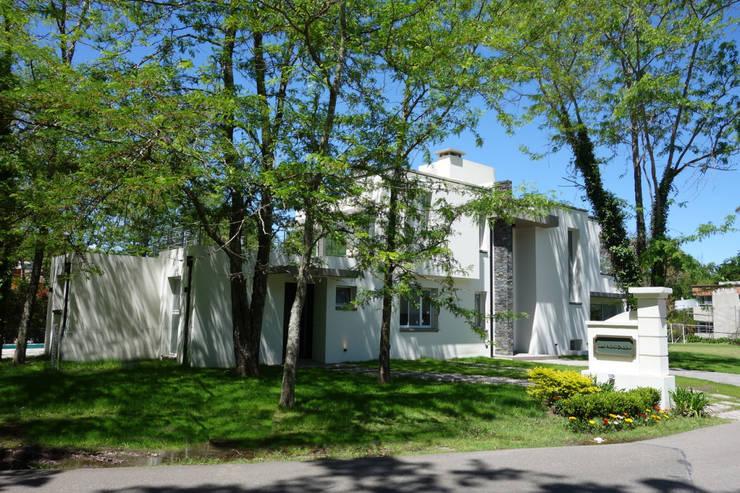Casa en Abril Club de Campo: Casas de estilo  por Estudio Machelett,