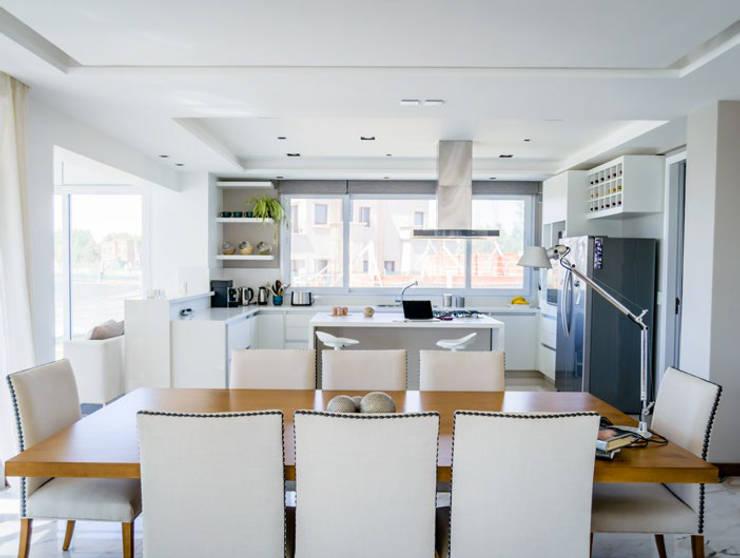 Kitchen by Estudio Machelett