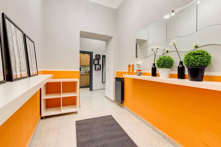 走廊 & 玄關 by Creattiva Home ReDesigner  - Consulente d'immagine immobiliare