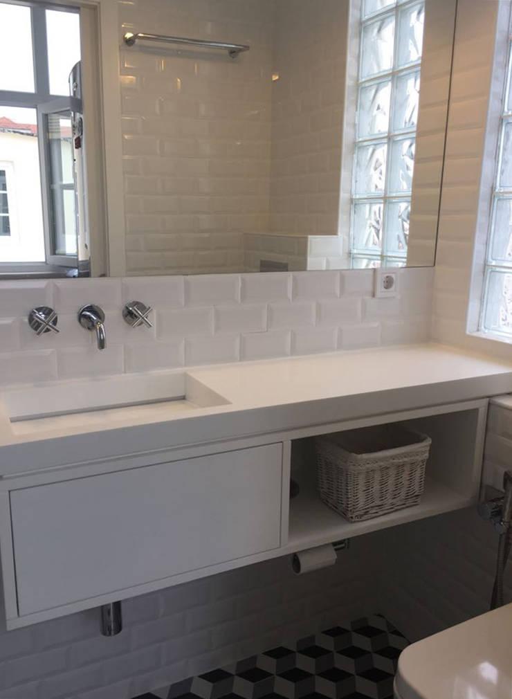 Recuperação em edificio histórico: Casas de banho  por Margarida Bugarim Interiores