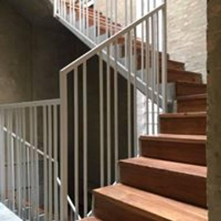 Pasos de Escalera en Madera Natural de Sapan: Paredes y suelos de estilo  por Ensamblarq sas