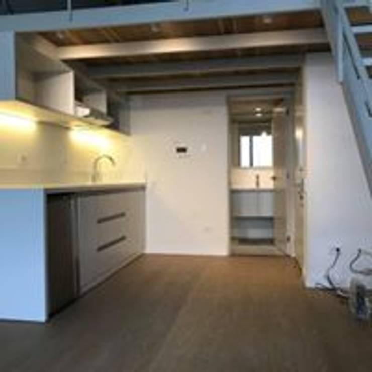 Mueble para Cocina puertas Comunicacion Mueble Baño: Cocina de estilo  por Ensamblarq sas