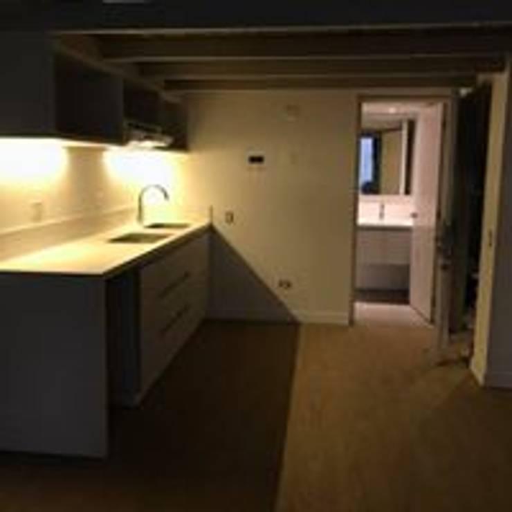 Mueble para Cocina puertas Comunicacion Mueble Baño Iluminacion : Hogar de estilo  por Ensamblarq sas