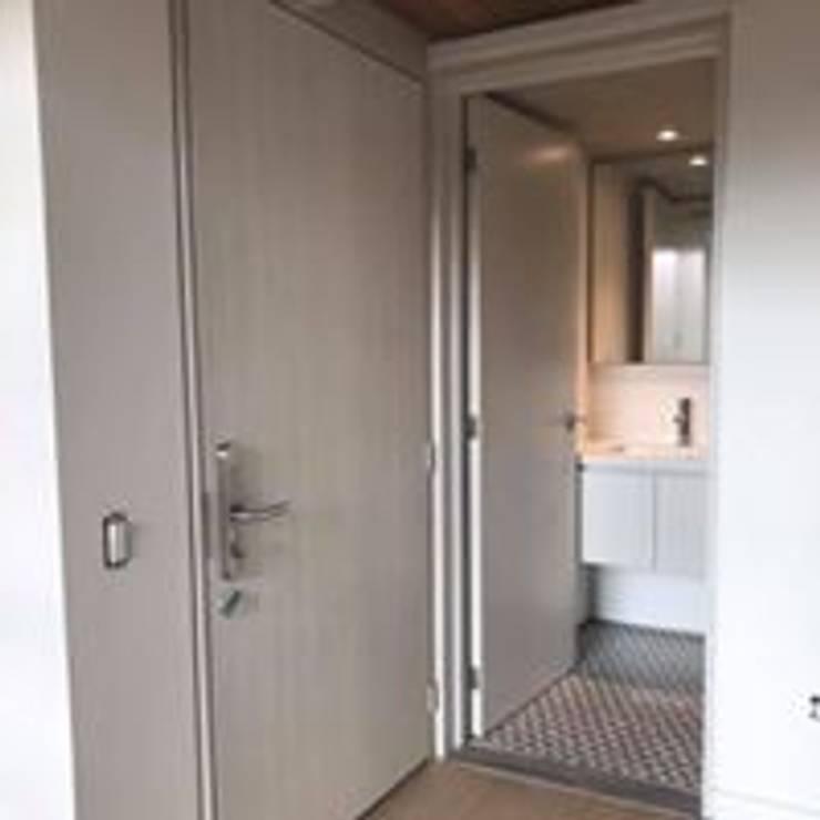 Puertas de Comunicacion Frezno Pizano Mueble Baño: Baños de estilo  por Ensamblarq sas
