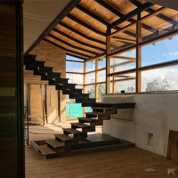 Escalera Casa Vallealto de Ensamblarq sas Moderno
