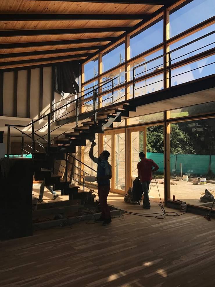 Casa 84 Valle Alto La Calera de Ensamblarq sas Moderno
