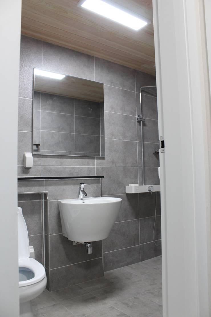 Baños de estilo  por 나무집협동조합, Moderno